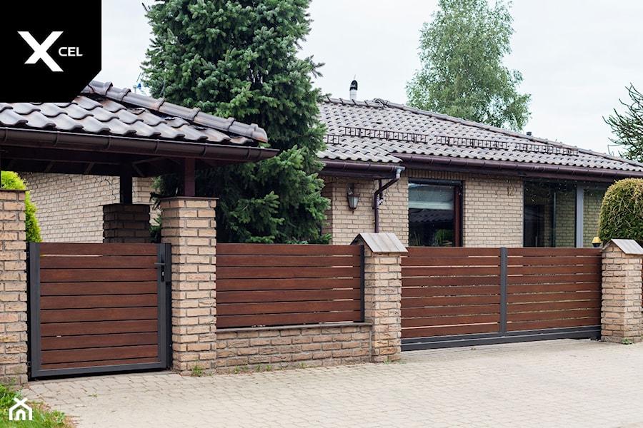 Drewnopodobne ogrodzenie aluminiowe z wiatą śmietnikową i automatyczną bramą przesuwną - zdjęcie od XCEL Ogrodzenia