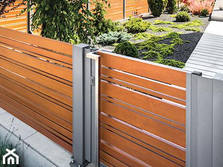Aranżacje wnętrz - Ogród: Aluminiowa furtka drewnopodobna - XCEL Ogrodzenia. Przeglądaj, dodawaj i zapisuj najlepsze zdjęcia, pomysły i inspiracje designerskie. W bazie mamy już prawie milion fotografii!