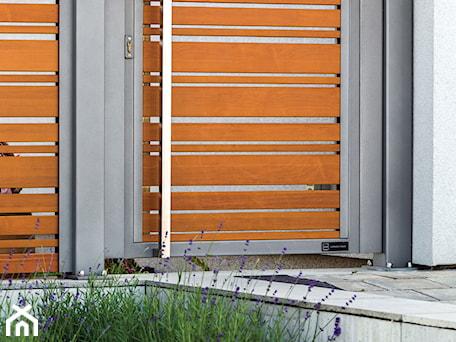 Aranżacje wnętrz - Ogród: Nowoczesna furtka drewnopodobna - XCEL Ogrodzenia. Przeglądaj, dodawaj i zapisuj najlepsze zdjęcia, pomysły i inspiracje designerskie. W bazie mamy już prawie milion fotografii!