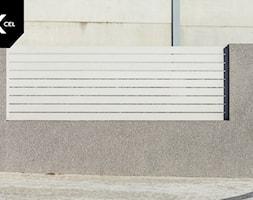 Nowoczesne ogrodzenie z białych przęseł aluminiowych - zdjęcie od XCEL Ogrodzenia - Homebook