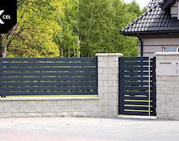 Tradycyjne ogrodzenie z nowoczesną furtką - zdjęcie od XCEL Ogrodzenia - Homebook