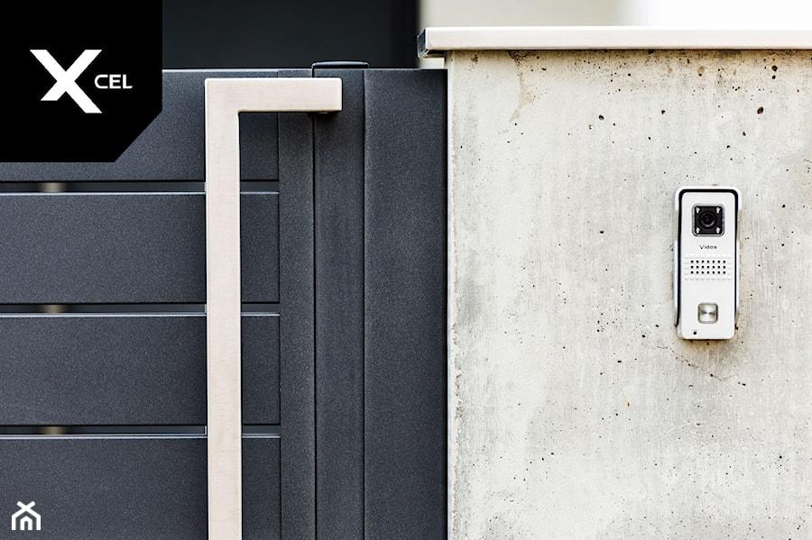 Aranżacje wnętrz - Ogród: Nowoczesne ogrodzenie aluminiowe Arete Horizon - XCEL Ogrodzenia. Przeglądaj, dodawaj i zapisuj najlepsze zdjęcia, pomysły i inspiracje designerskie. W bazie mamy już prawie milion fotografii!