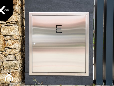 Aranżacje wnętrz - Ogród: Ogrodzenie z wkomponowaną skrzynką elektryczną - XCEL Ogrodzenia. Przeglądaj, dodawaj i zapisuj najlepsze zdjęcia, pomysły i inspiracje designerskie. W bazie mamy już prawie milion fotografii!