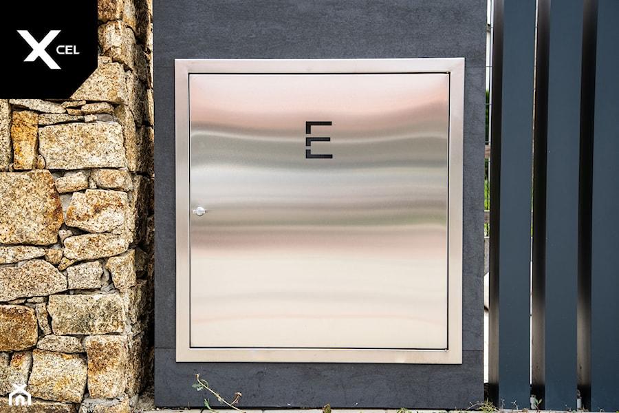Ogrodzenie z wkomponowaną skrzynką elektryczną - zdjęcie od XCEL Ogrodzenia