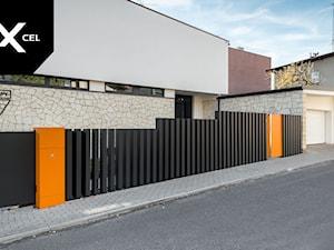 Black Stripes, Grafitowe ogrodzenie z  aluminiowych słupków