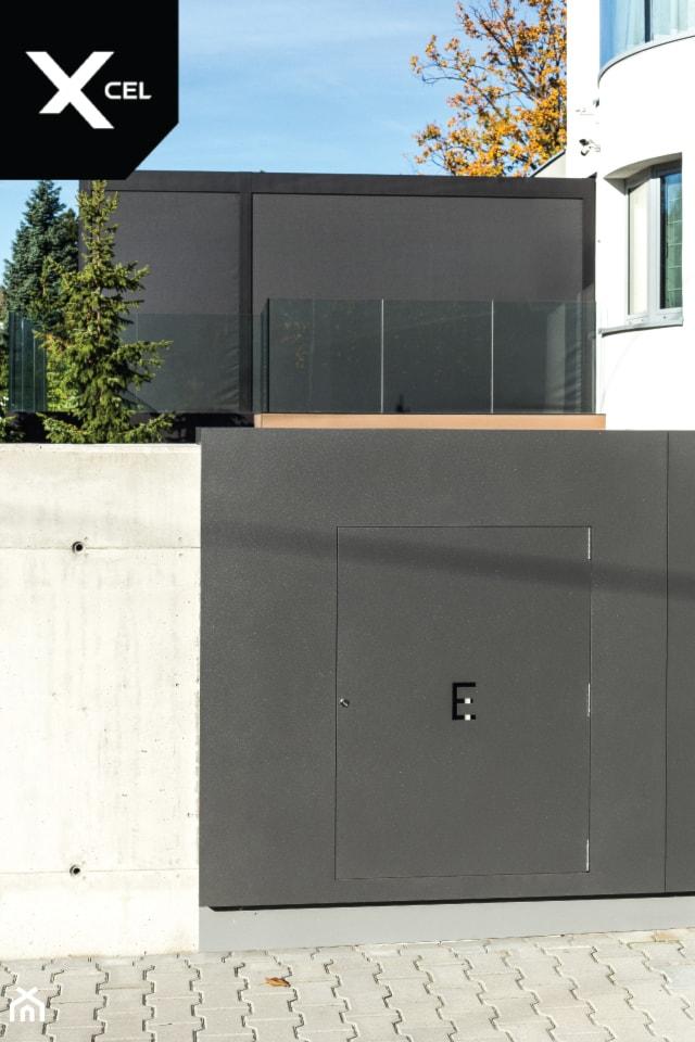 Nowoczesne ogrodzenie z ukrytą skrzynką elektryczną - zdjęcie od XCEL Ogrodzenia - Homebook