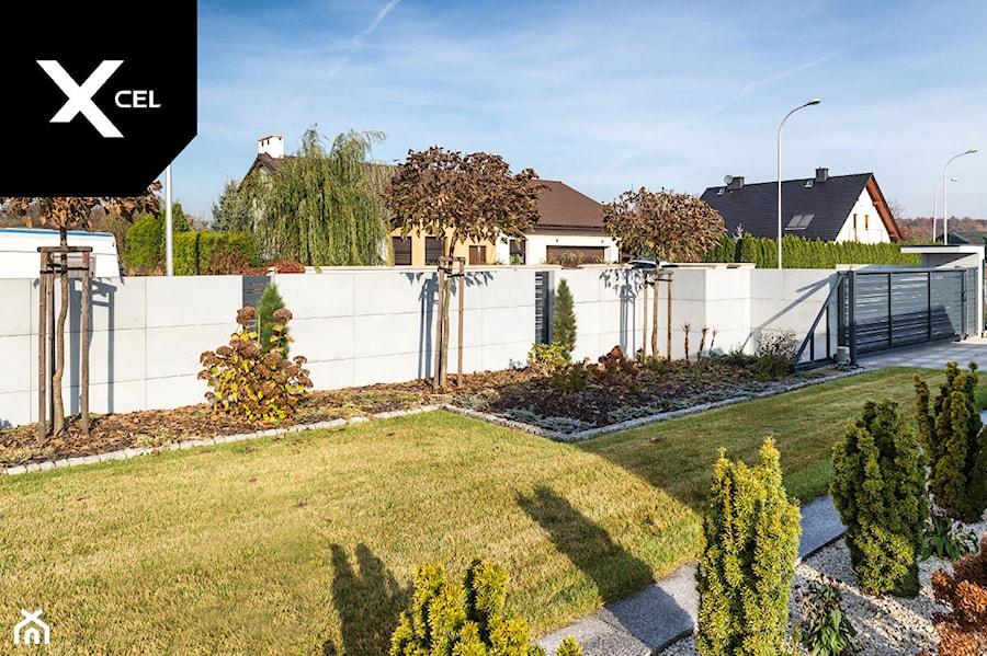 Ogrodzenie z betonu architektonicznego i grafitowych przęseł aluminiowych - zdjęcie od XCEL Ogrodzenia