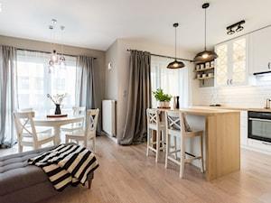 ODROBINA SKNDYNAWII - REALIZACJA - Średnia otwarta biała kuchnia dwurzędowa w aneksie z oknem, styl skandynawski - zdjęcie od TAKE [DESIGN]
