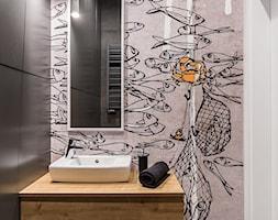 Mała łazienka z tapetą. - zdjęcie od TAKE [DESIGN] - Homebook