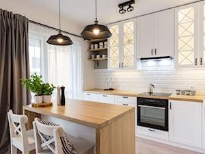 ODROBINA SKNDYNAWII - REALIZACJA - Średnia biała kuchnia w kształcie litery l w aneksie z wyspą z oknem, styl skandynawski - zdjęcie od TAKE [DESIGN]