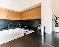 Kuchnia ze skośnymi szafkami. - zdjęcie od TAKE [DESIGN] - Homebook