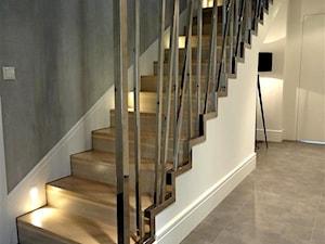 HOLA_5 - Małe wąskie schody jednobiegowe drewniane - zdjęcie od HOLA DESIGN