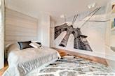 fototapeta z niebem w sypialni, podłoga z jasnego drewna, szary dywan z długim włosiem