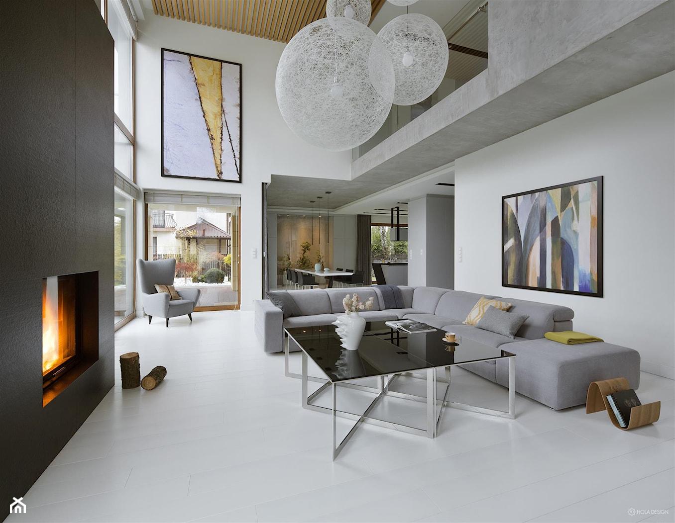 Rodzinna przestrzeń - Duży szary biały salon z antresolą, styl nowoczesny - zdjęcie od HOLA DESIGN - Homebook