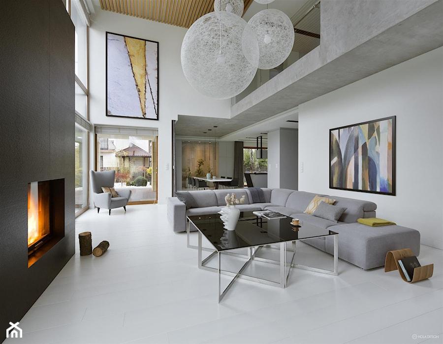 Rodzinna przestrzeń - Duży szary biały salon z antresolą, styl nowoczesny - zdjęcie od HOLA DESIGN