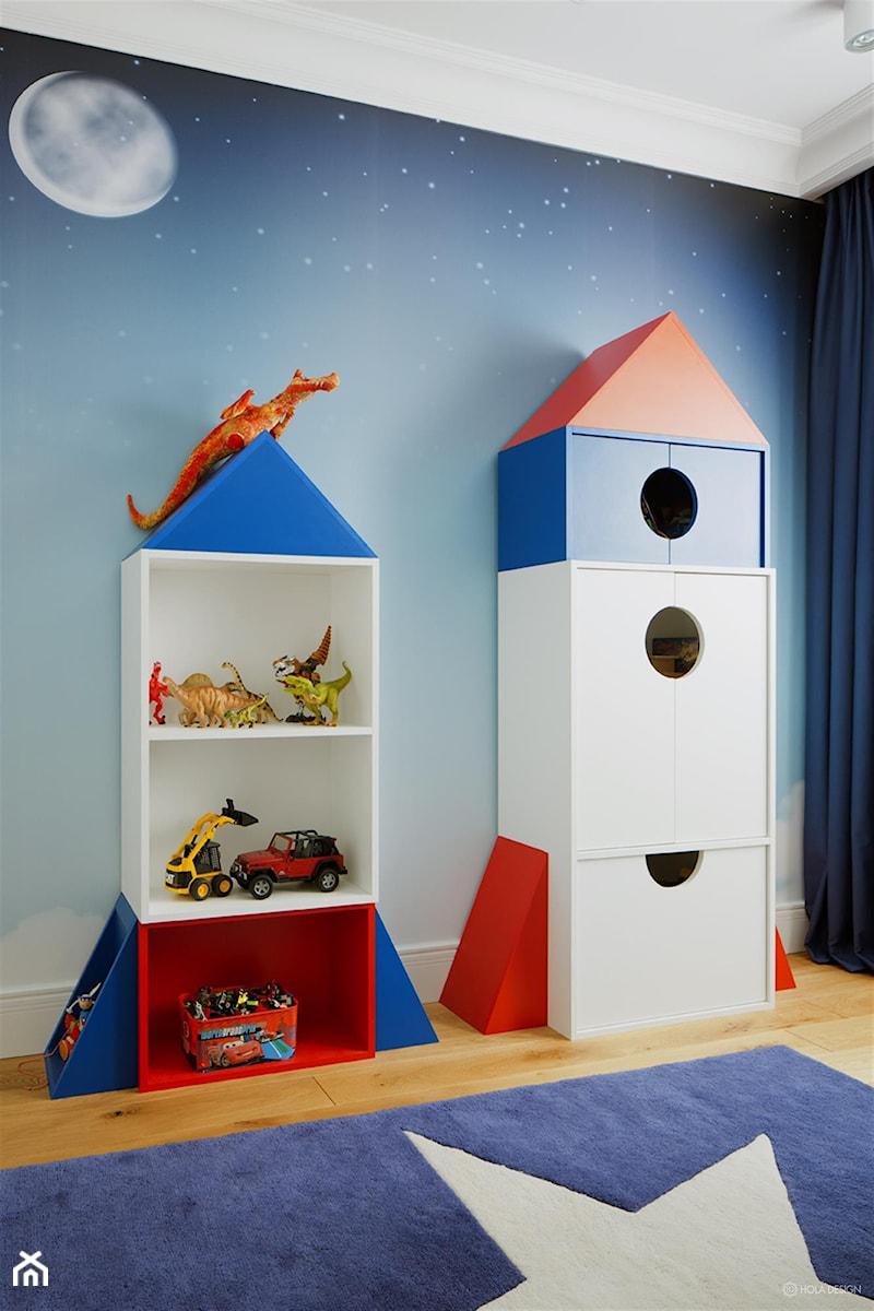 Aranżacje wnętrz - Pokój dziecka: Penthouse rodzinny - Mały niebieski pokój dziecka dla chłopca dla dziewczynki dla malucha, styl nowoczesny - HOLA DESIGN. Przeglądaj, dodawaj i zapisuj najlepsze zdjęcia, pomysły i inspiracje designerskie. W bazie mamy już prawie milion fotografii!