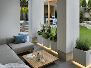 Bliżej świata - Średni taras z tyłu domu, styl nowoczesny - zdjęcie od HOLA DESIGN
