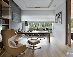 Bliżej świata - Duże białe biuro domowe w pokoju, styl nowoczesny - zdjęcie od HOLA DESIGN