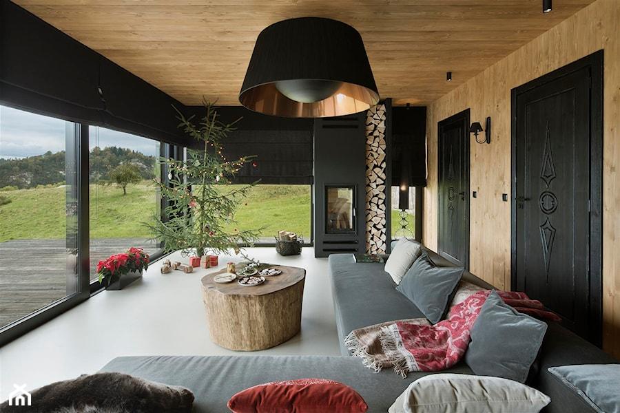 Mountain Cottage - Duży beżowy czarny salon z tarasem / balkonem, styl nowoczesny - zdjęcie od HOLA DESIGN