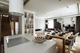 drewniana podłoga, biały blat kuchenny, drewniany stół, białe krzesła
