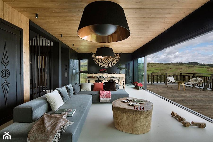 Mountain Cottage - Duży czarny salon z kuchnią z jadalnią z tarasem / balkonem, styl nowoczesny - zdjęcie od HOLA DESIGN