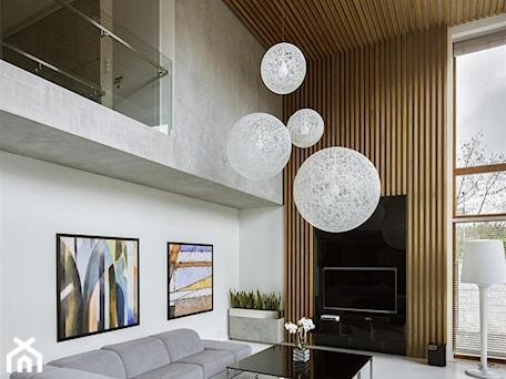 Aranżacje wnętrz - Salon: Rodzinna przestrzeń - Duży szary biały salon z antresolą, styl nowoczesny - HOLA DESIGN. Przeglądaj, dodawaj i zapisuj najlepsze zdjęcia, pomysły i inspiracje designerskie. W bazie mamy już prawie milion fotografii!