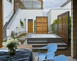 Bliżej świata - Duży taras z tyłu domu, styl nowoczesny - zdjęcie od HOLA DESIGN