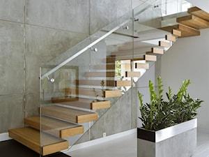 HOLA_25 - Średnie wąskie schody dwubiegowe drewniane, styl nowoczesny - zdjęcie od HOLA DESIGN