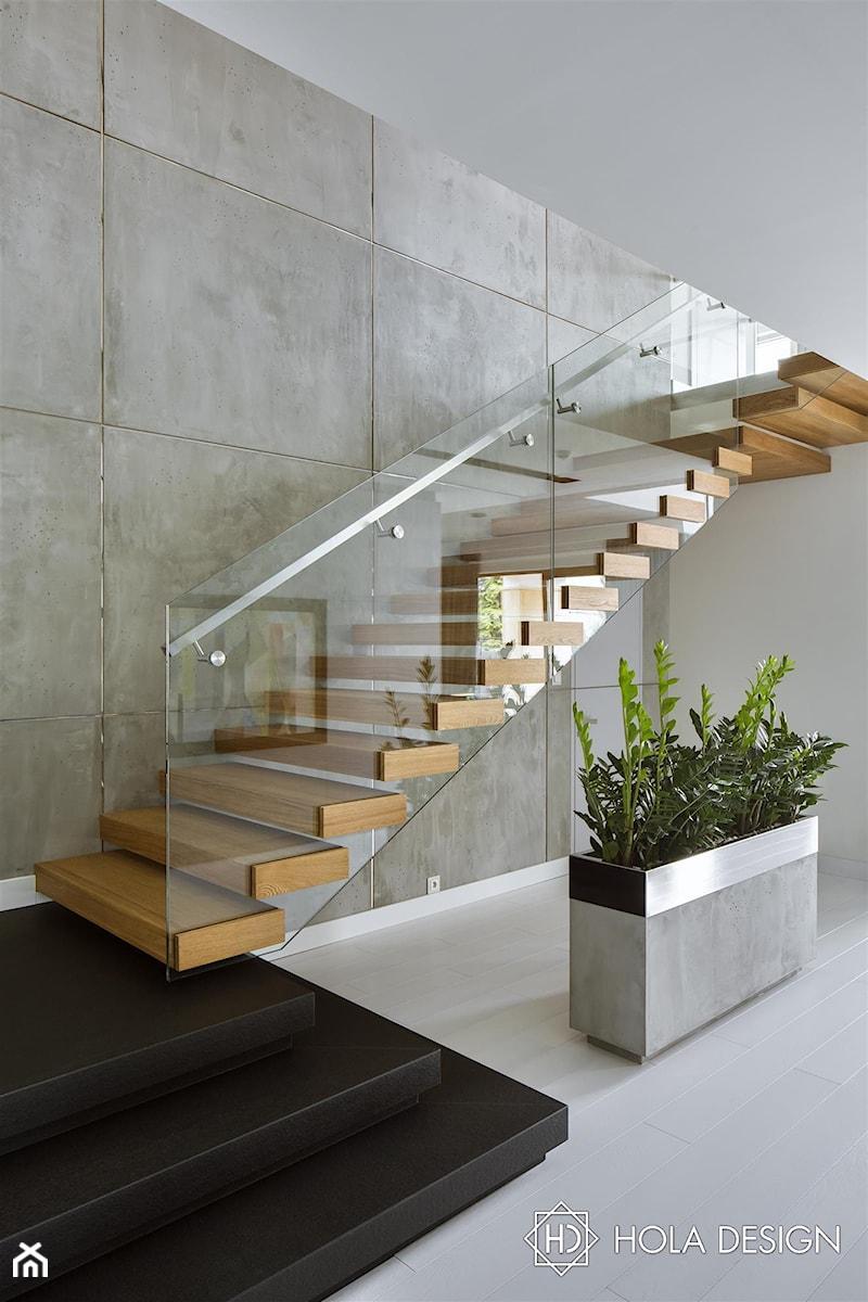 bed92998 HOLA_25 - Średnie wąskie schody dwubiegowe drewniane, styl nowoczesny -  zdjęcie od HOLA DESIGN