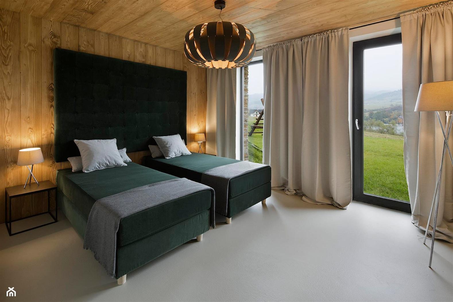 Mountain Cottage - Duża kolorowa sypialnia dla gości z balkonem / tarasem, styl nowoczesny - zdjęcie od HOLA DESIGN - Homebook