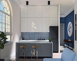 MIESZKANIE W KAMIENICY - Średnia otwarta biała szara kuchnia jednorzędowa w aneksie z wyspą z oknem - zdjęcie od LUIZA STAR - Homebook
