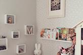 szara ściana w białe kropki w pokoju dziecka, półki białe kwadraty, pluszowy królik