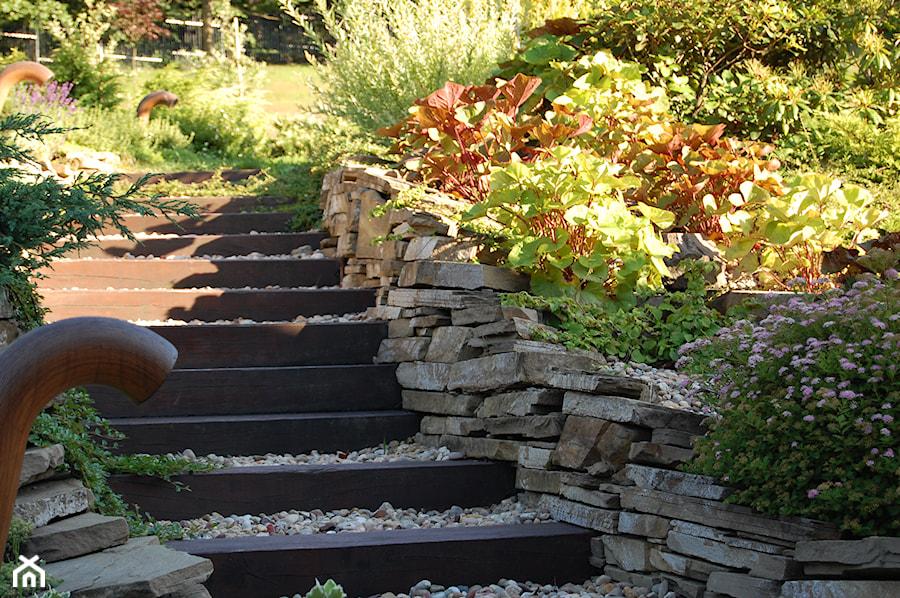 Aranżacje wnętrz - Ogród: Ogród z tarasem - Mały ogród, styl klasyczny - Pracownia Projektowa Architektury Krajobrazu Januszówka. Przeglądaj, dodawaj i zapisuj najlepsze zdjęcia, pomysły i inspiracje designerskie. W bazie mamy już prawie milion fotografii!