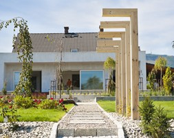 Ogród nowoczesny - Średni ogród za domem z pergolą, styl nowoczesny - zdjęcie od Pracownia Projektowa Architektury Krajobrazu Januszówka