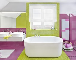Ożywczy salon kąpielowy - Duża fioletowa żółta łazienka na poddaszu w domu jednorodzinnym z oknem, styl nowoczesny - zdjęcie od Fabryka Nastroju