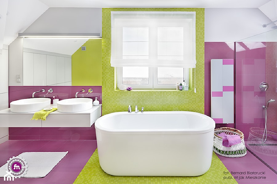 Ożywczy salon kąpielowy - Duża fioletowa żółta łazienka na poddaszu w domu jednorodzinnym z oknem, styl nowoczesny - zdjęcie od Fabryka Nastroju Izabela Szewc
