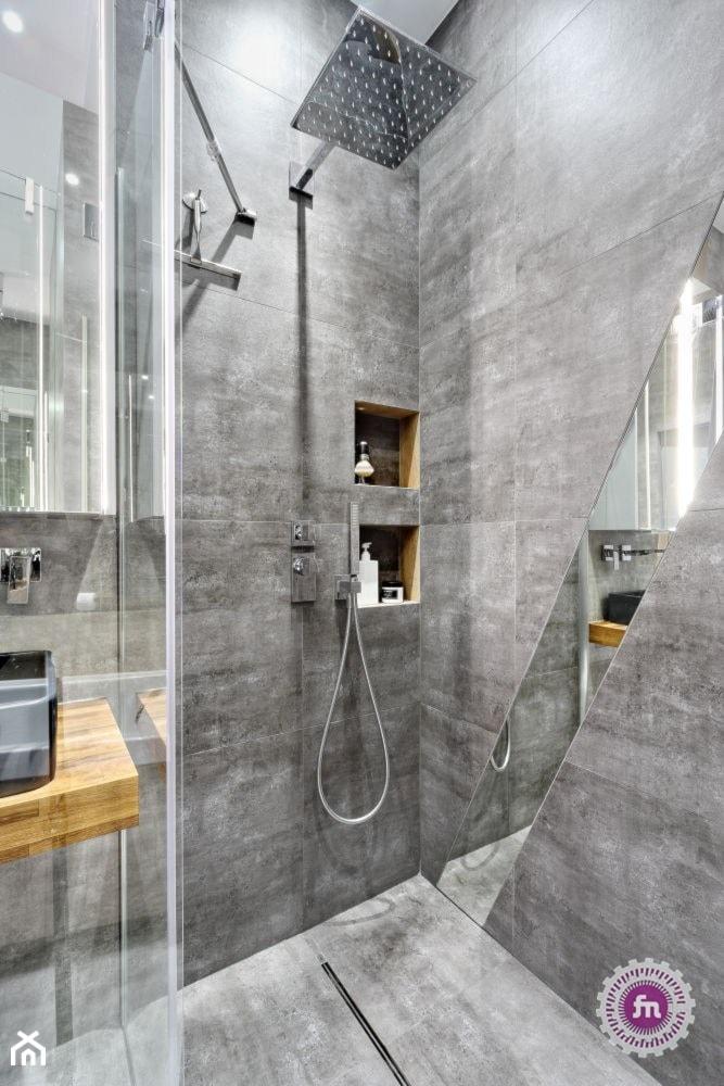 z ukosa - Łazienka w bloku w domu jednorodzinnym bez okna, styl minimalistyczny - zdjęcie od Fabryka Nastroju Izabela Szewc