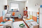 beżowy dywan, pokój dla dwójki dzieci, kolorowe kwadraty na ścianie, biała lampa ścienna