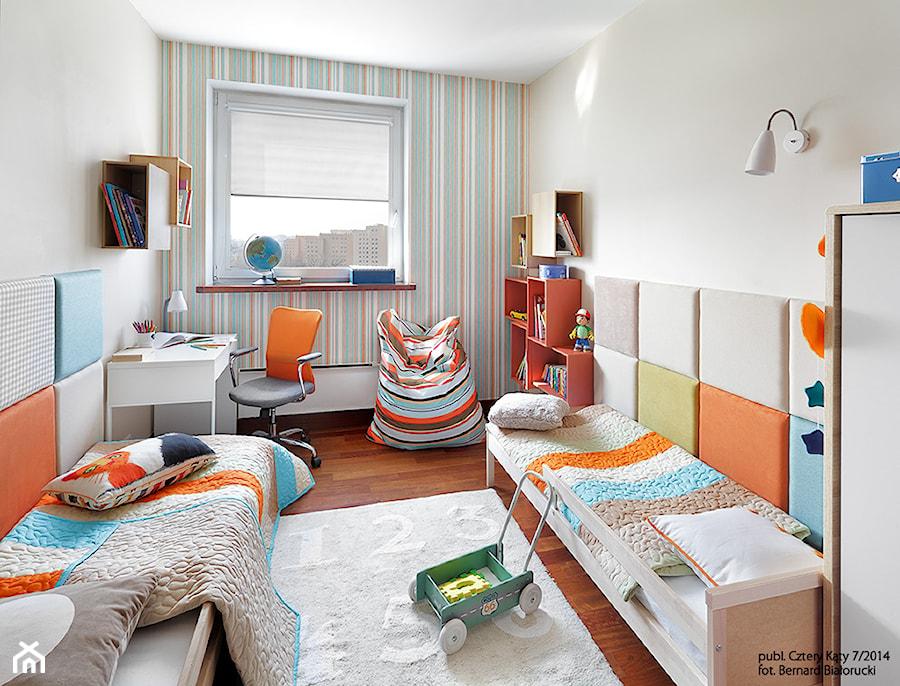 Metamorfoza pokoju Jasia i Antka - Średni biały zielony pomarańczowy kolorowy pokój dziecka dla chłopca dla rodzeństwa dla malucha, styl nowoczesny - zdjęcie od Fabryka Nastroju Izabela Szewc