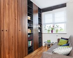 Z heksagonem-realizacja - Małe białe biuro domowe w pokoju, styl nowoczesny - zdjęcie od Fabryka Nastroju Izabela Szewc