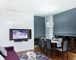 Kobalt z fuksją - realizacja - Średni biały salon z jadalnią, styl nowoczesny - zdjęcie od Fabryka Nastroju Izabela Szewc