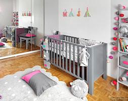 Metamorfoza pokoju Mai - Średni biały pokój dziecka dla dziewczynki dla niemowlaka, styl nowoczesny - zdjęcie od Fabryka Nastroju Izabela Szewc