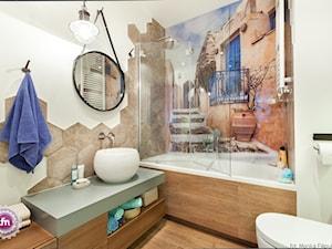 Mała biała beżowa kolorowa łazienka w bloku bez okna, styl nowoczesny - zdjęcie od Fabryka Nastroju Izabela Szewc