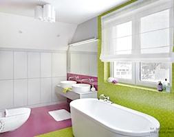 Ożywczy salon kąpielowy - Średnia fioletowa łazienka na poddaszu w domu jednorodzinnym z oknem, styl minimalistyczny - zdjęcie od Fabryka Nastroju Izabela Szewc