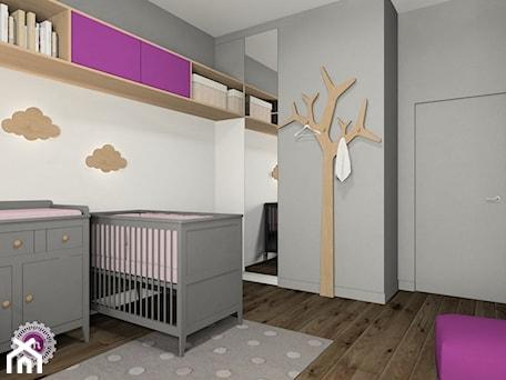 Grafit z drewnem - Średni szary pokój dziecka dla chłopca dla dziewczynki dla niemowlaka, styl skandynawski - zdjęcie od Fabryka Nastroju Izabela Szewc