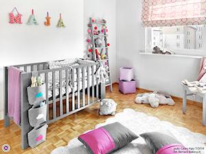 Metamorfoza pokoju Mai - Średni szary pokój dziecka dla dziewczynki dla niemowlaka, styl minimalistyczny - zdjęcie od Fabryka Nastroju Izabela Szewc