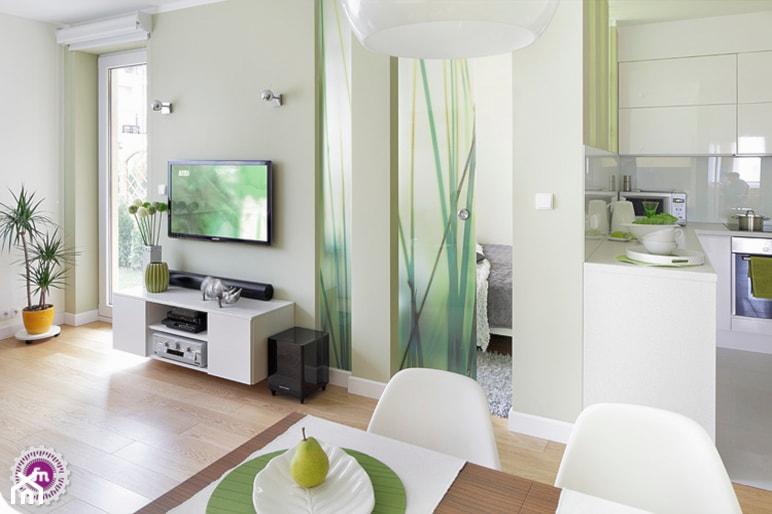 Zielono mi - Mały beżowy zielony salon z kuchnią z jadalnią z tarasem / balkonem, styl nowoczesny - zdjęcie od Fabryka Nastroju Izabela Szewc - Homebook