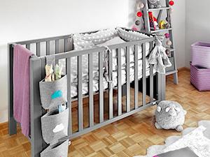 Metamorfoza pokoju Mai - Średni biały szary pokój dziecka dla dziewczynki dla niemowlaka, styl minimalistyczny - zdjęcie od Fabryka Nastroju Izabela Szewc
