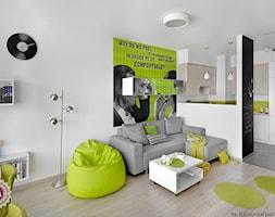 Mały biały salon z kuchnią, styl skandynawski - zdjęcie od Fabryka Nastroju