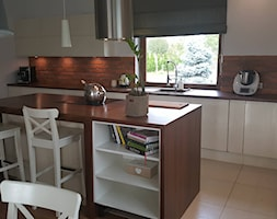 Aranżacje - Średnia otwarta biała brązowa kuchnia jednorzędowa z wyspą z oknem, styl nowoczesny - zdjęcie od Elkamino Dom